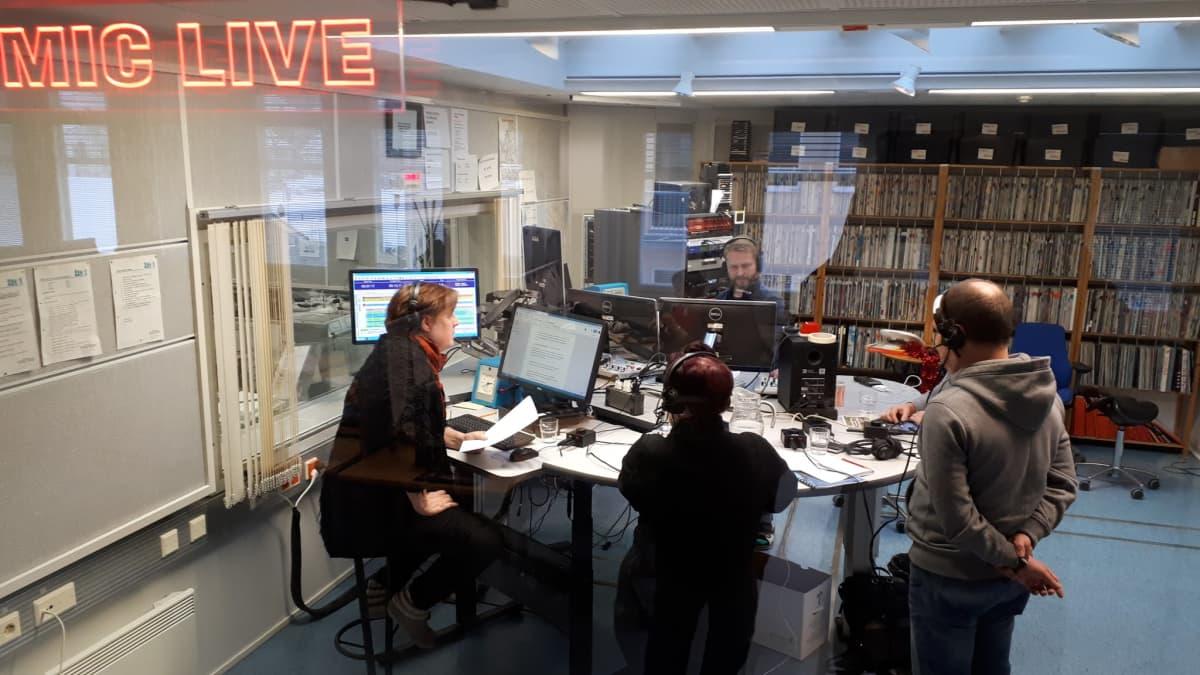 Haastateltavat radiostudiossa