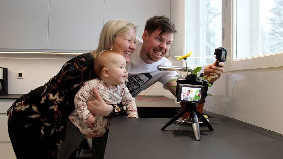 Titta ja Thomas Halloran kuvaavat  videota keittiössä