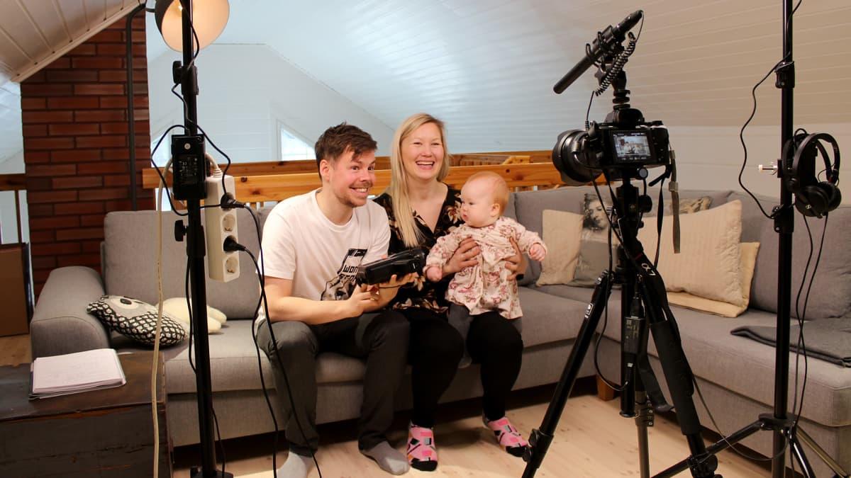 Thomas ja Titta Halloran kuvaavat videota kotistudiossaan