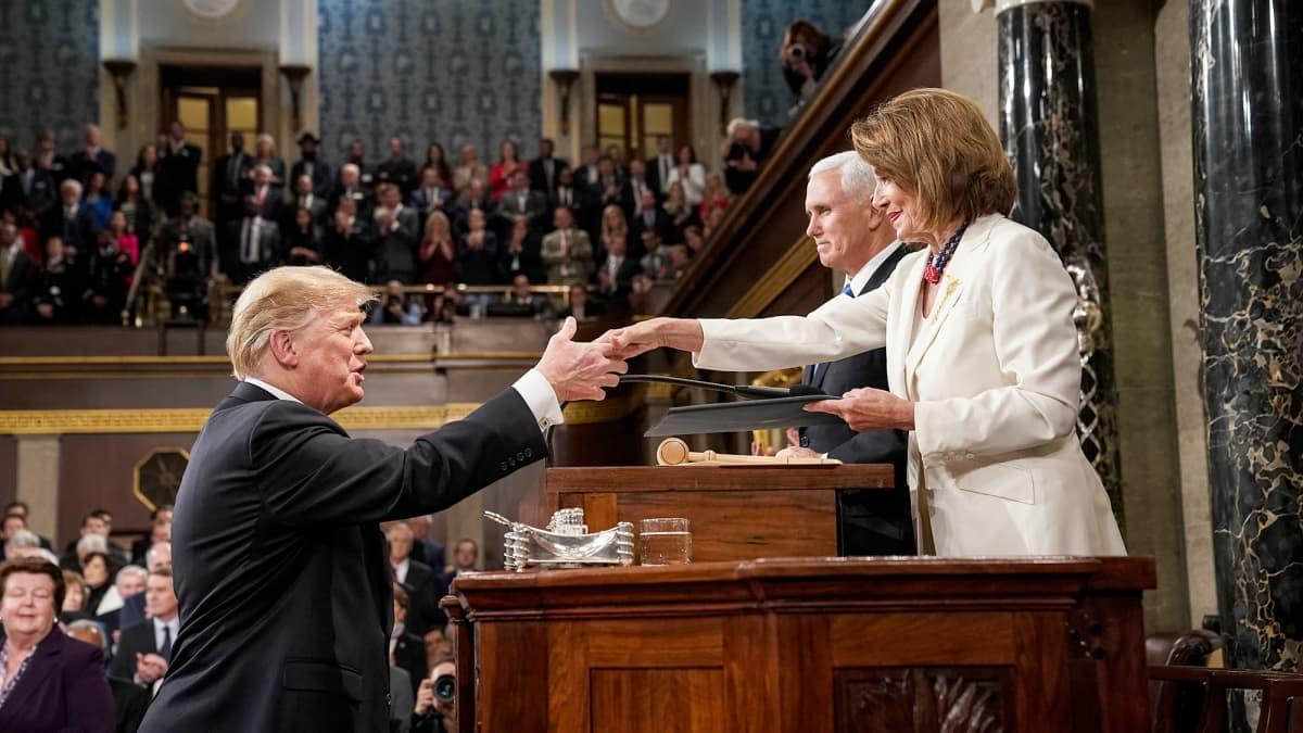 Donald Trump ja Nancy Pelosi kättelevät.