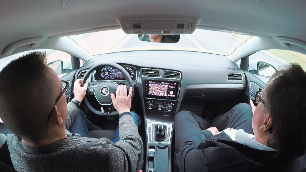 VW eGolf sisältä, ajossa, kuljettaja ja repsikka
