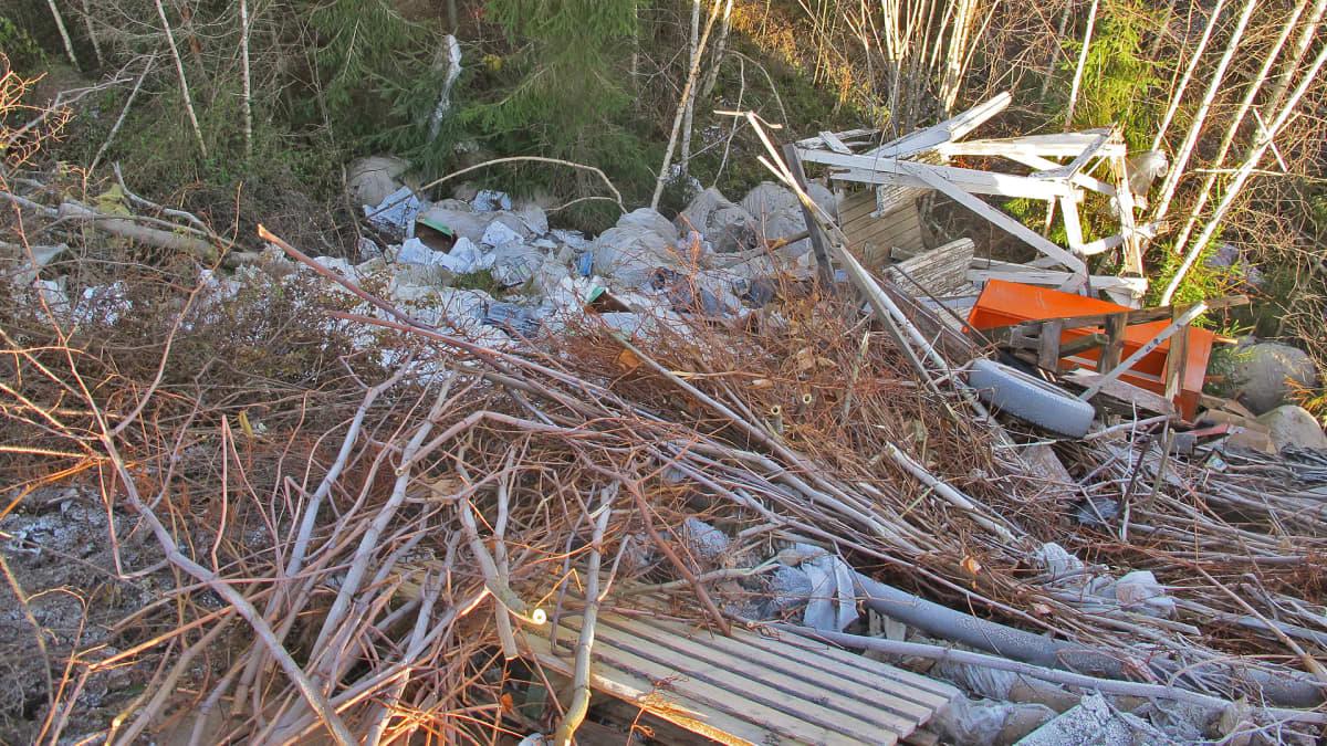 Jätemuovia metsässä