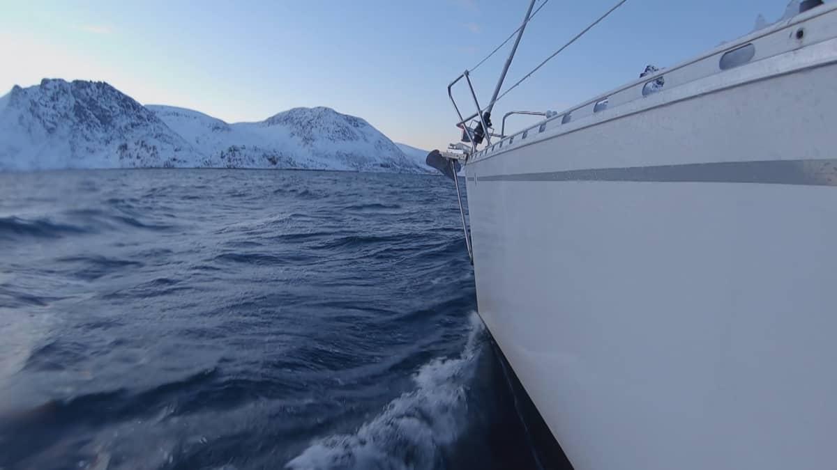 Vapaalaskija Juho Karhu purjehtii Pohjois-Norjassa.