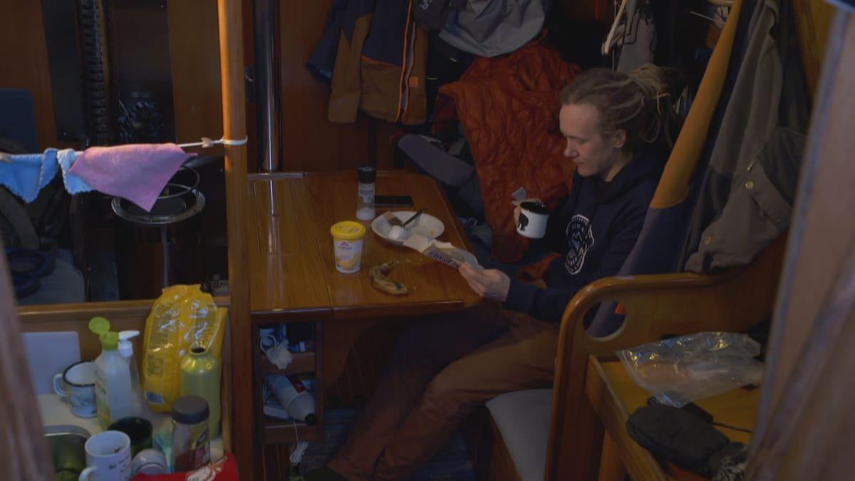 Vapaalaskija Juho Karhu asuu veneessään.