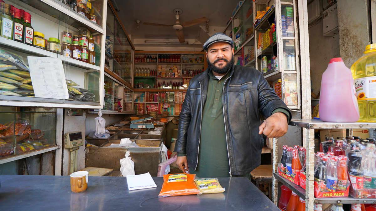 Maustekauppias Imran Waheed Rawalpindin maustekujalla.