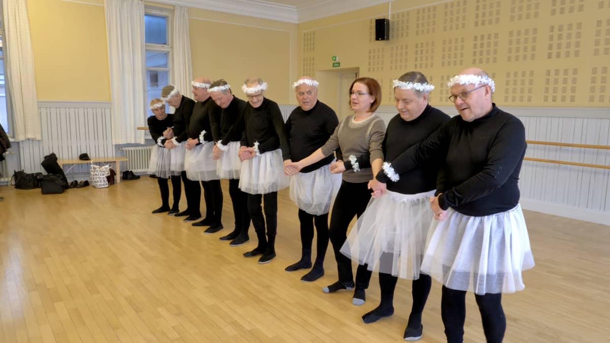 En Ala-ryhmä harjoittelee Oulun kulttuuritalo Valveella maaliskuussa 2019.