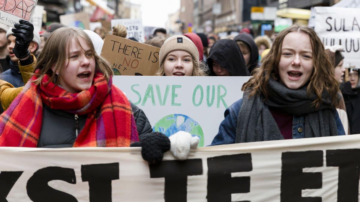Nuoria mielenosoittajia eduskuntatalon edustalla kansainvälisen nuorten ilmastolakon marssilla Helsingissä perjantaina 15. maaliskuuta.