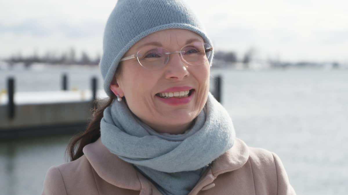 Hymyilevä nainen meren rannalla Kauppatorin laidalla