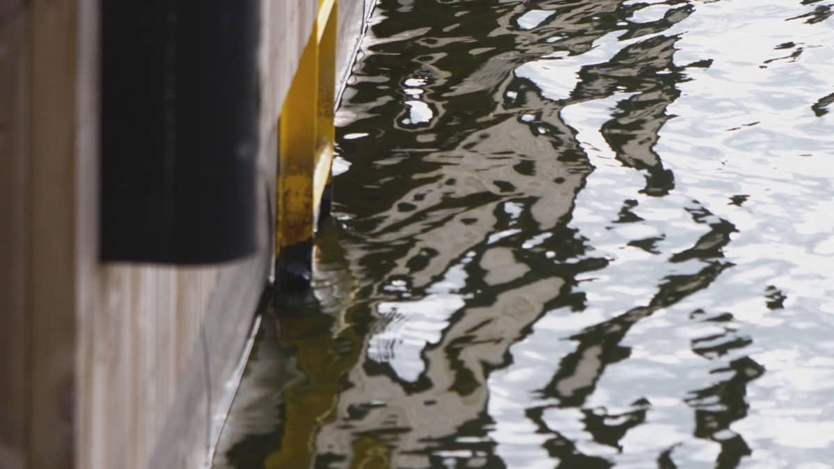 Vettä satama-altaassa