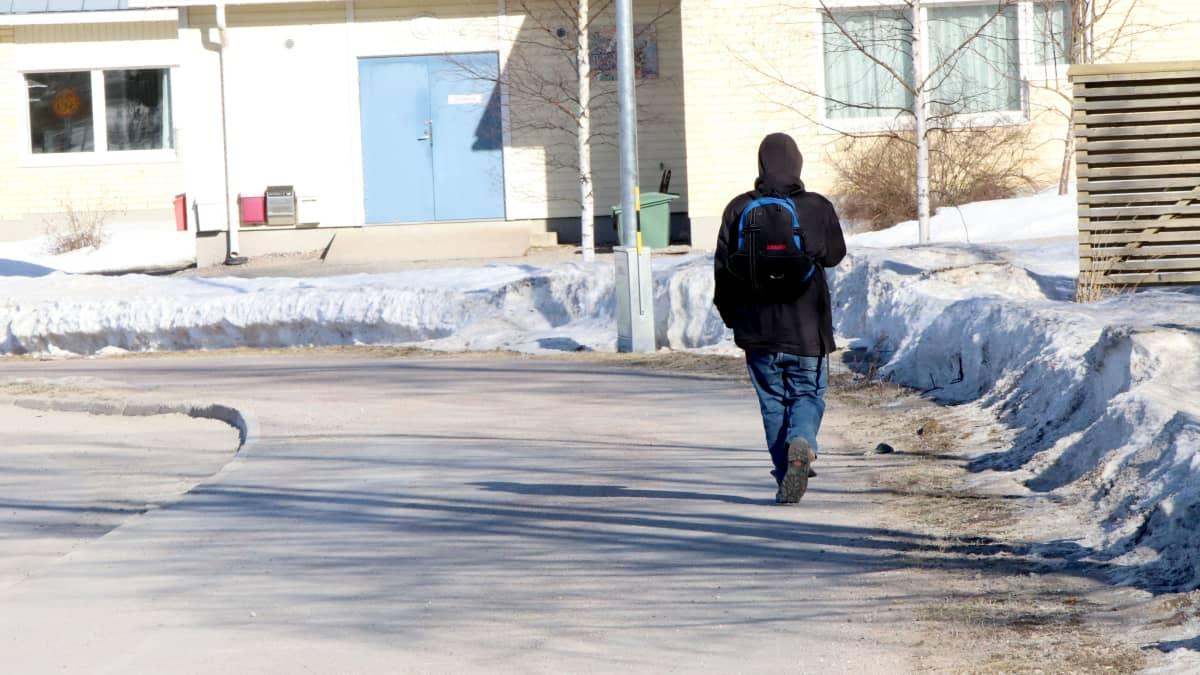 Asunnoton Jukka kävelee Lahdessa