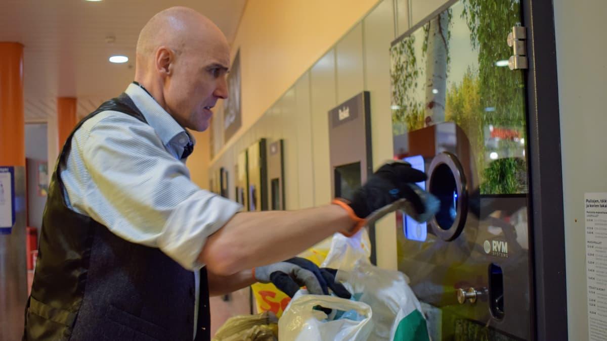 David Stephens palauttamassa pulloja automaattiin.