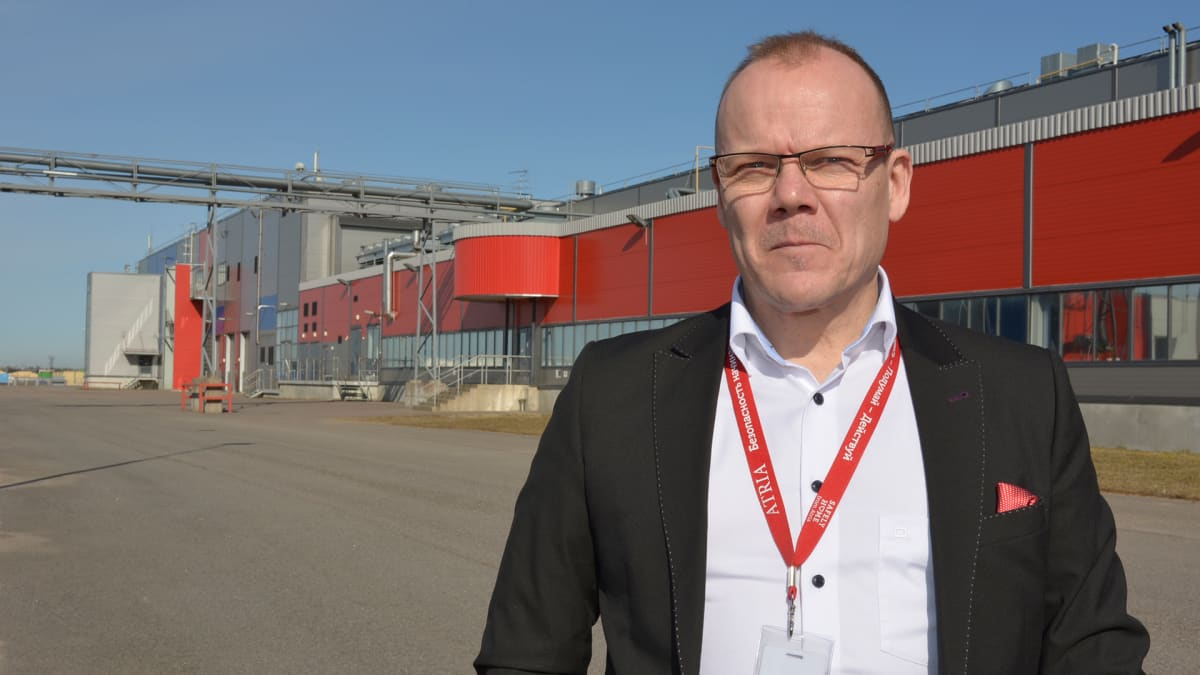 Venäjän maajohtaja Ilari Hyyrynen tuotantolaitoksen edustalla