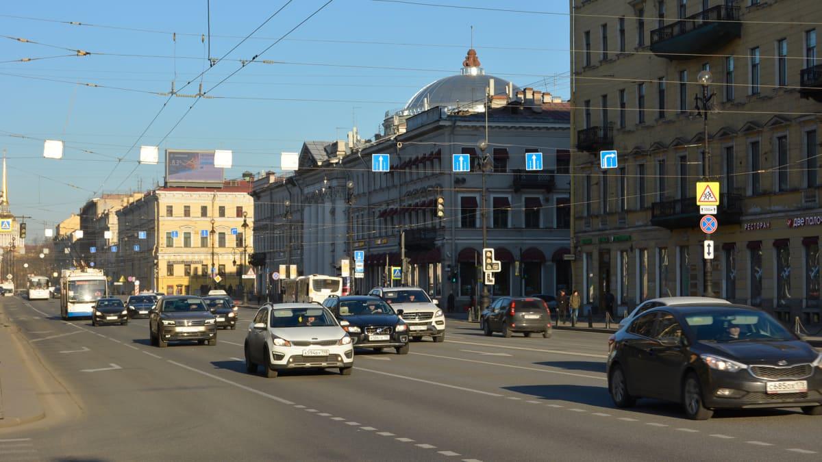 Näkymä Pietarin pääkadulta Nevski Prospektiltä