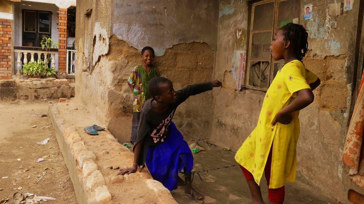 Tyttöjä Katwen slummissa Ugandan pääkaupungissa Kampalassa.