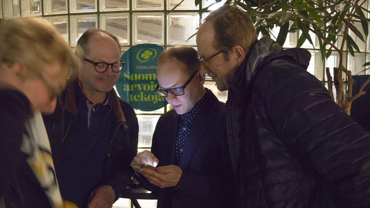 Keskustan Pohjois-Pohjanmaan piirin toiminnanjohtaja Antti Ollikainen seurasi kännykästään puolueensa menestystä vaali-illan loppuun asti.