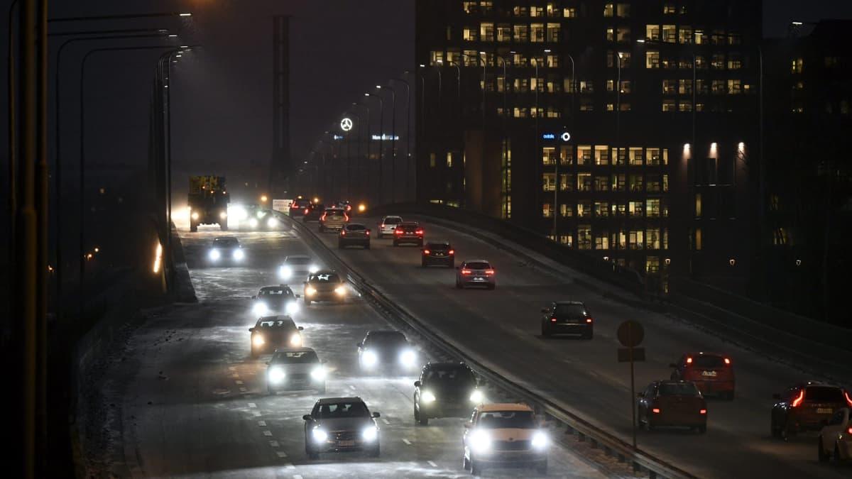 Autoliikennettä Helsingissä.