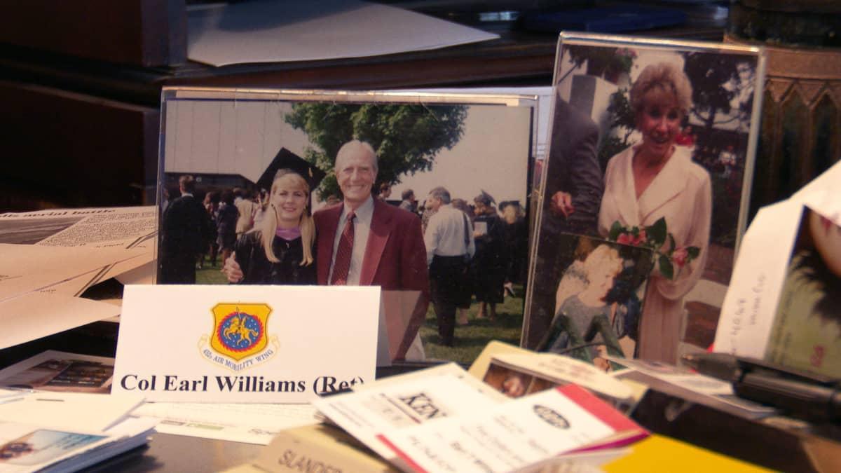 Valokuvia pöydällä