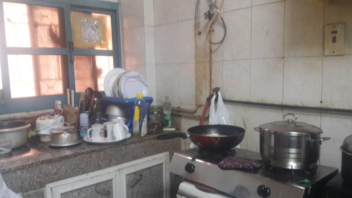 Keittiö on filippiiniläisten siirtotyöntekijöiden yhteisasunnon tärkein paikka.