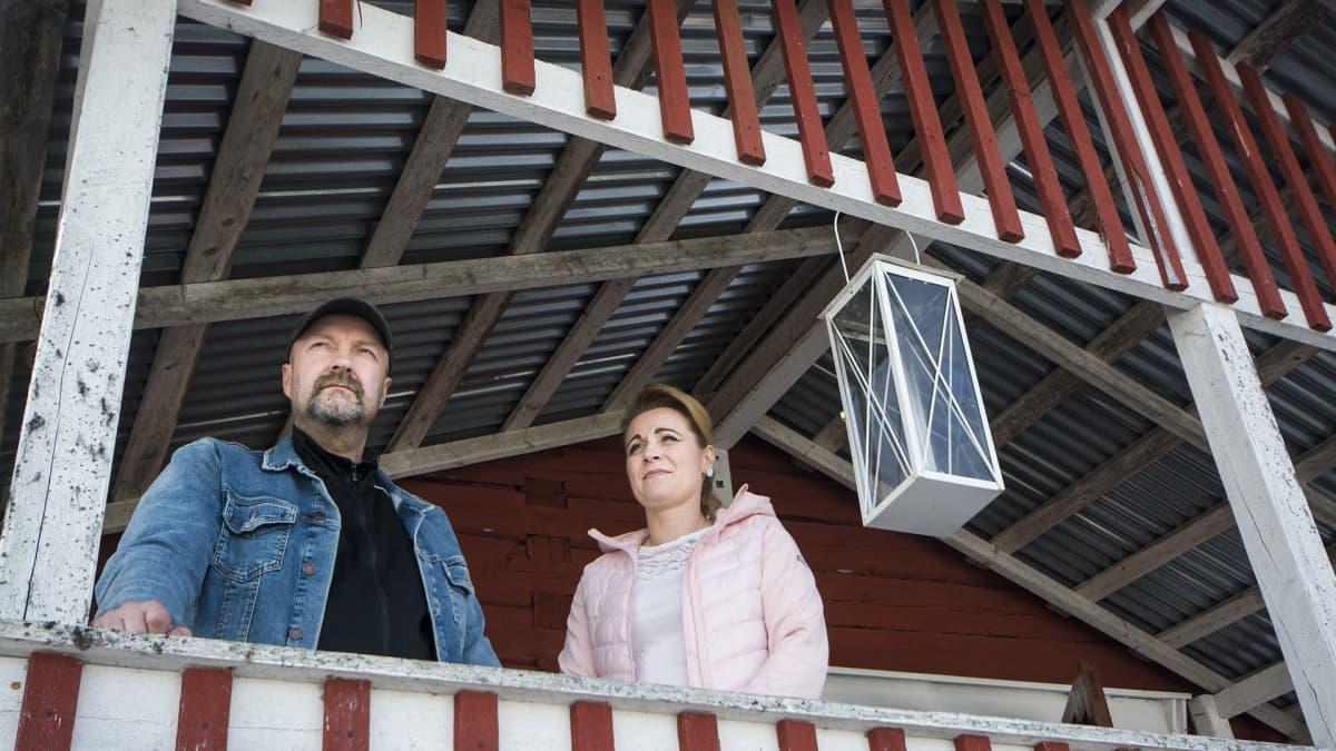 Jouni Piiroinen ja Mervi Rönkä seisovat Kalapuron kuistilla.