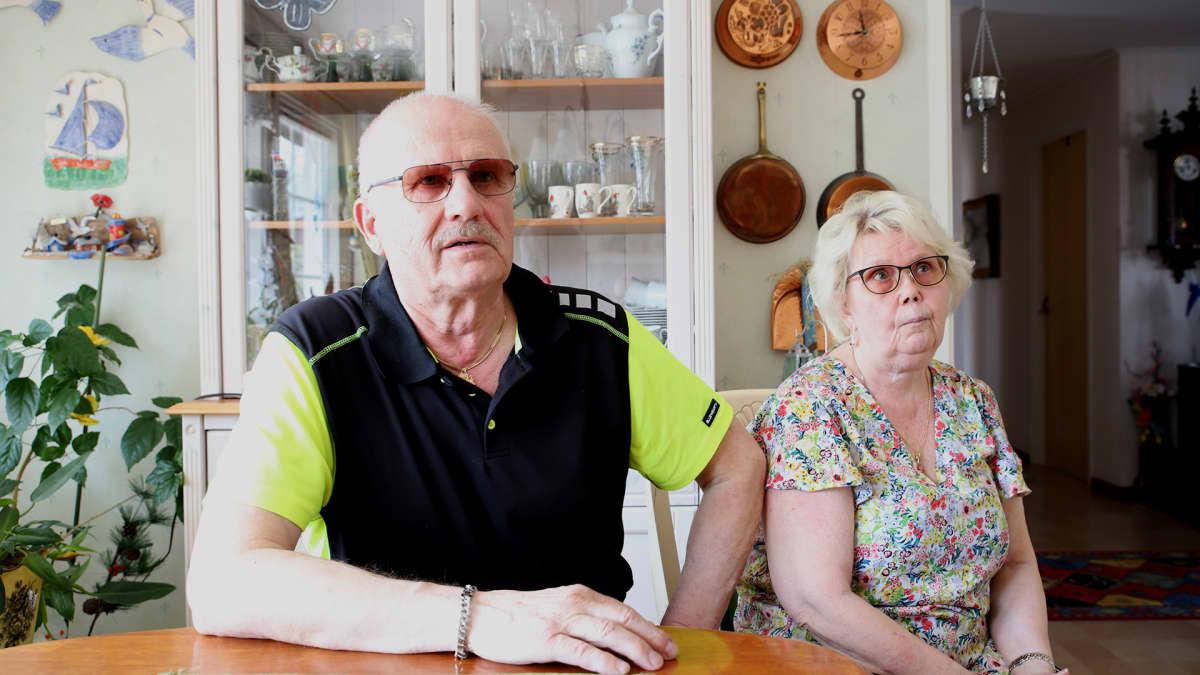 Veikko ja Kirsti Sädesuo istuvat keittiön pöydän ääressä kotonaan Kalixissa.