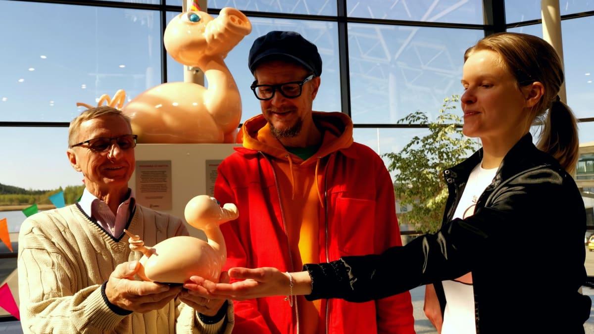 Nauvolainen muovialan yrittäjä Bjarne Ölander valmisti taiteilija Alvar Gullichsenin teoksen lujitemuovista. Kristiina Winter vastaa Posankasta julkistetusta tuotesarjasta.
