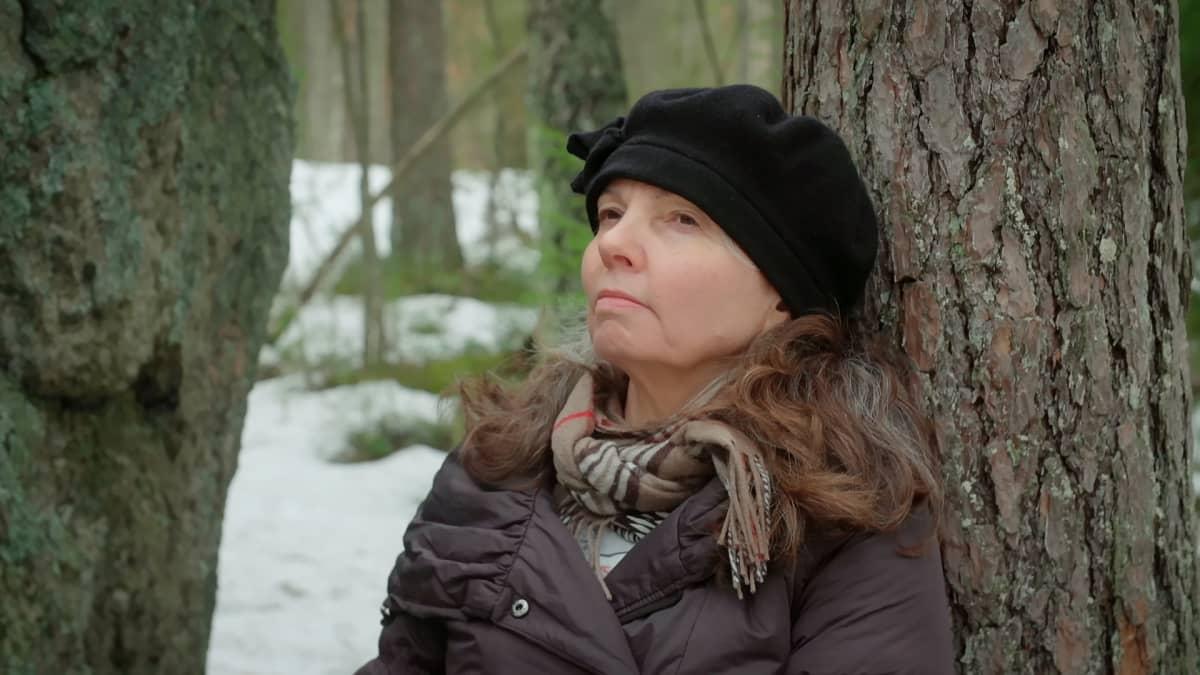 Marjut Stubbe palautuu parhaiten luonnossa. Kodin lähellä sijaitsevassa metsässä hän pystyy olemaan ilman suojavaatteita.