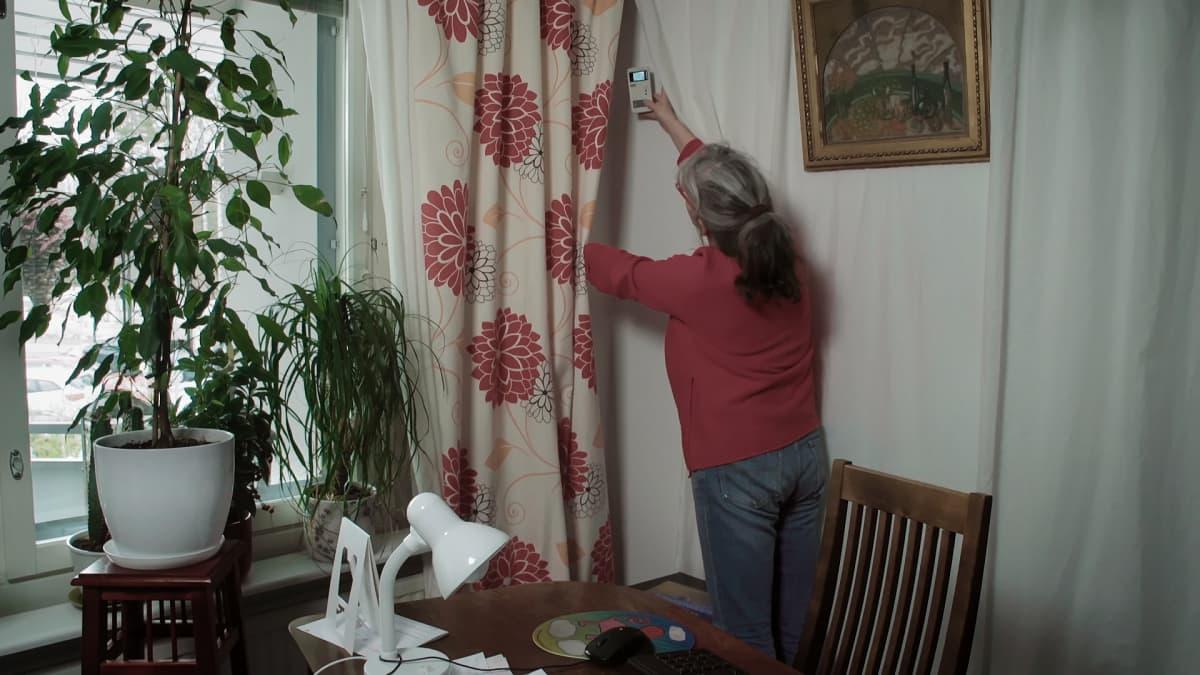 Suojaverhot estävät lähistöllä sijaitsevan tukiaseman säteilyn pääsyn asuntoon. Mittarilla voi todentaa säteilytasojen tippumisen, kun verhot laitetaan suojaksi.