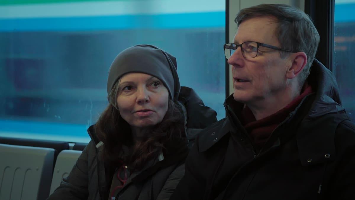 Marjut Stubbe matkustaa toisinaan miehensä Olli Ikosen kanssa Helsingin keskustaan.