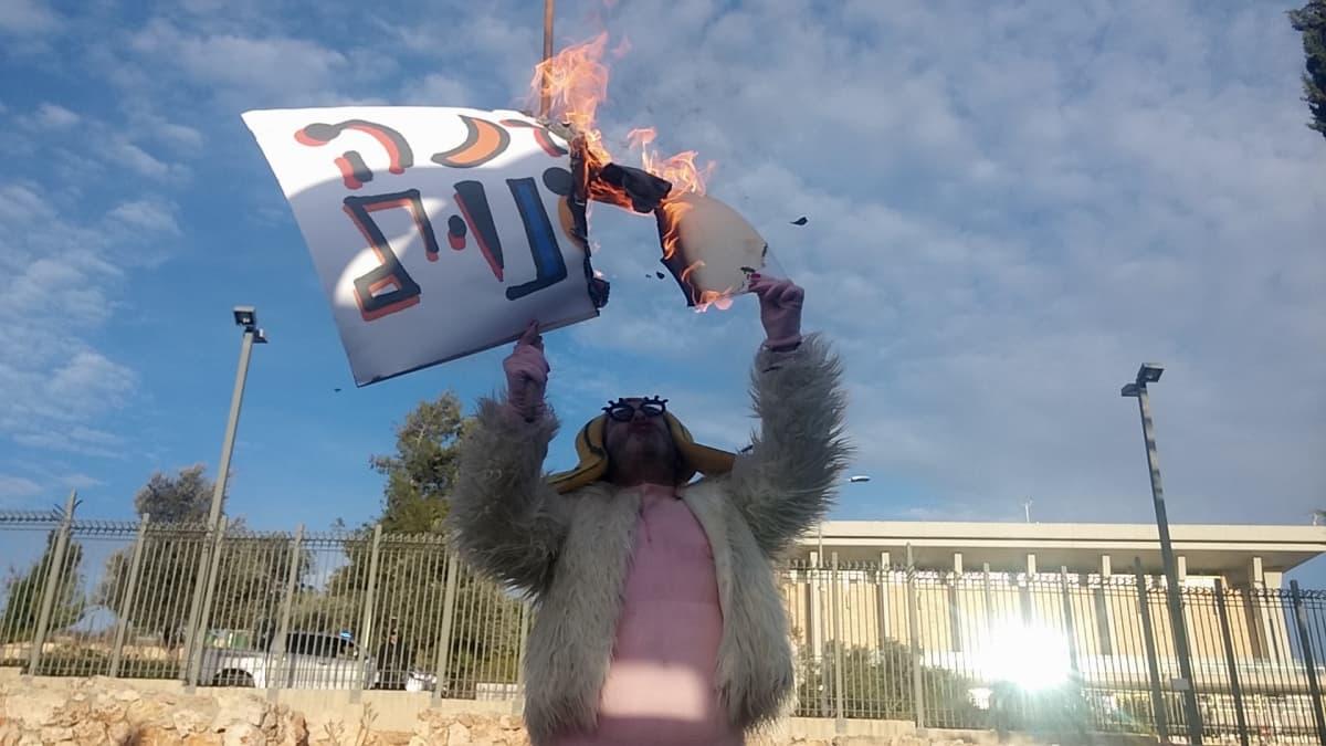 Shoske ryhtyi tositoimiin Israelin parlamentin Knessetin edessä.