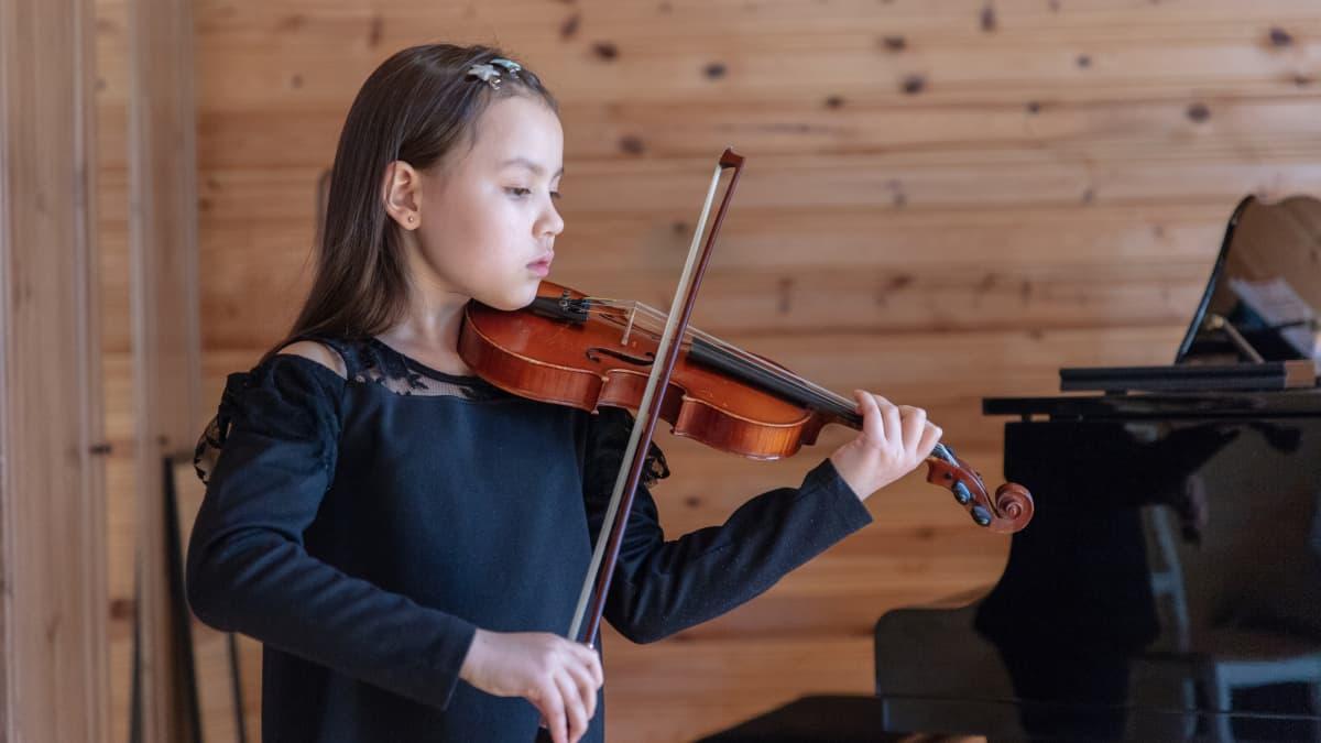 Nuori viulisti Leea Mattila