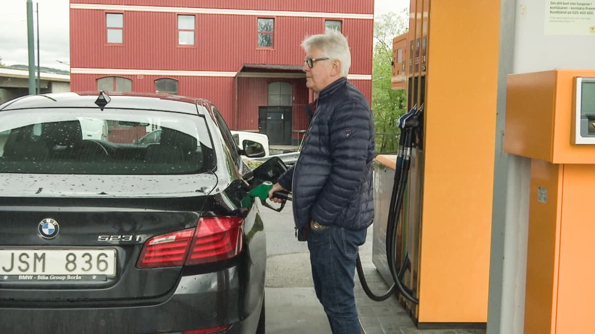 Mies bensa-asemalla