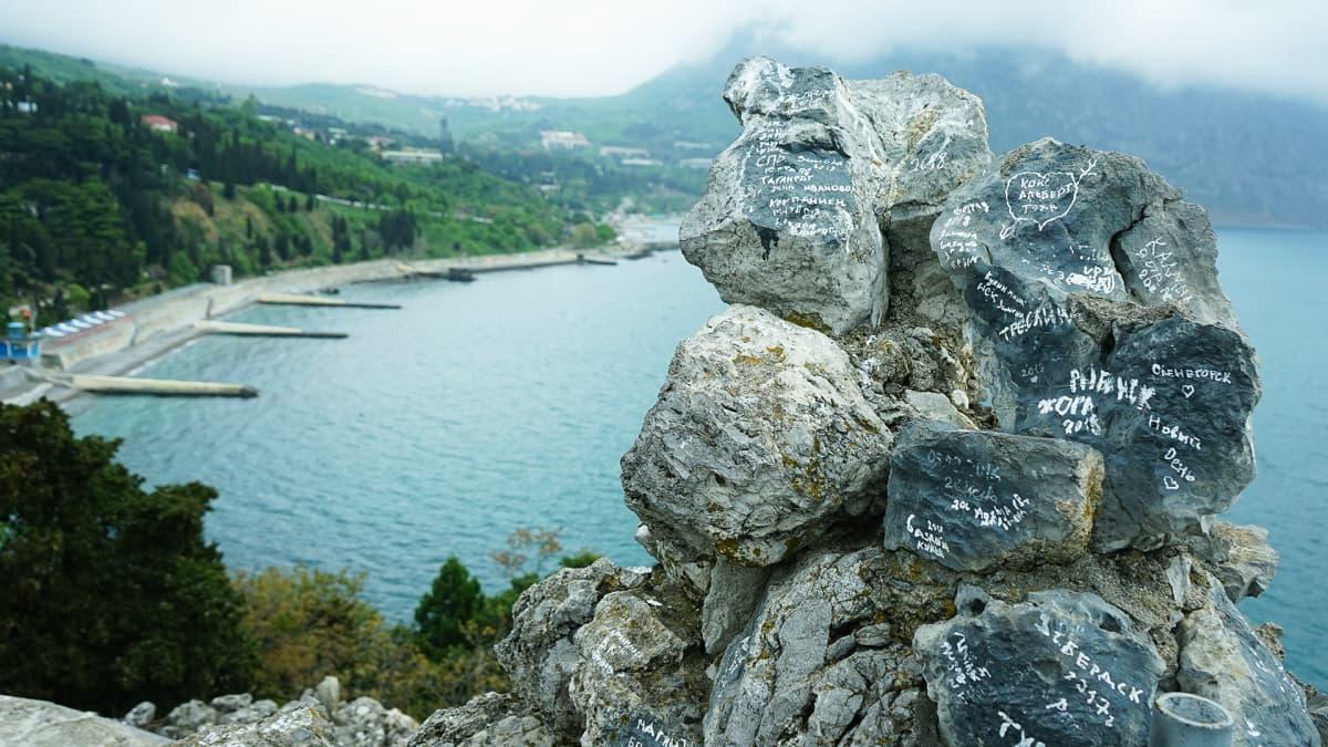 Leiriläiset ovat raapustaneet nimensä krimiläisiin kiviin jo vuosikymmenten ajan.