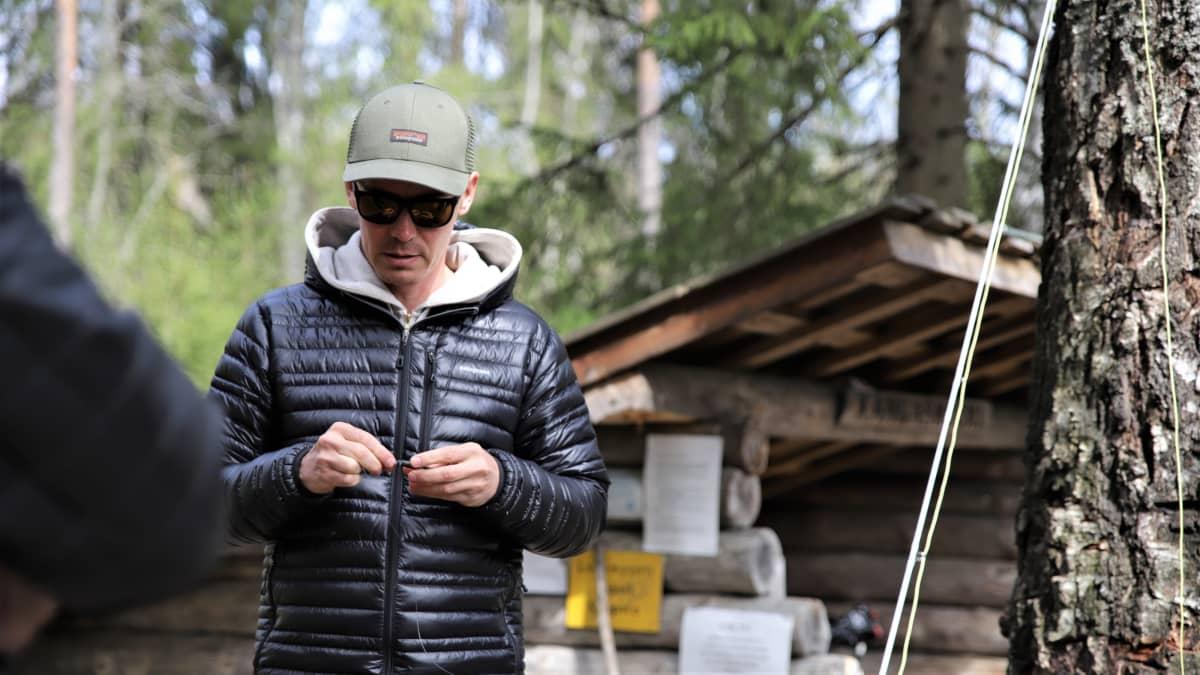 Jasper Pääkkönen solmimassa perhoa kiinni siimaan