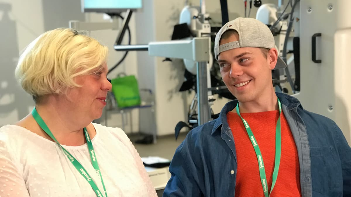 Pia Leskinen ja Emil Leskinen katsovat hymyillen toisiaan.