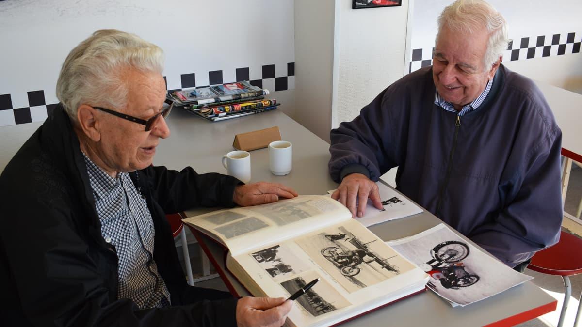 Aulis Paarala ja Lasse Rosvall löytävät monia muistoja valokuva-albumin lehdiltä.