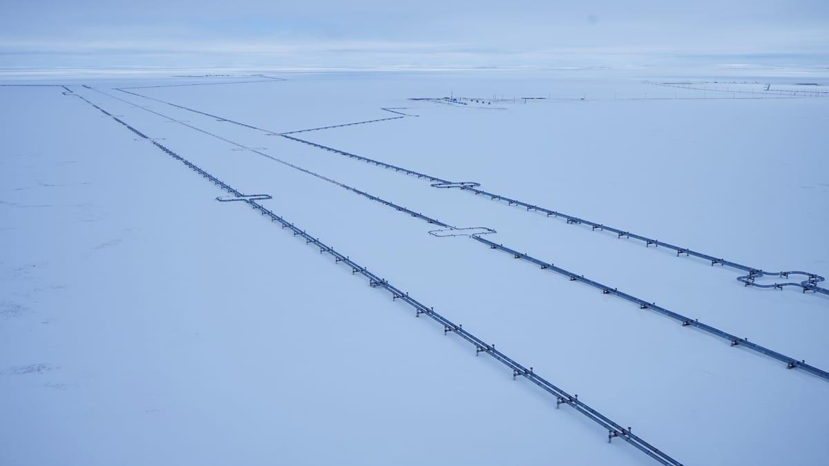 Bovanenkovo sijaitsee 400 kilometriä napapiiriltä pohjoiseen. Sen luontoa halkovat kaasuputket.