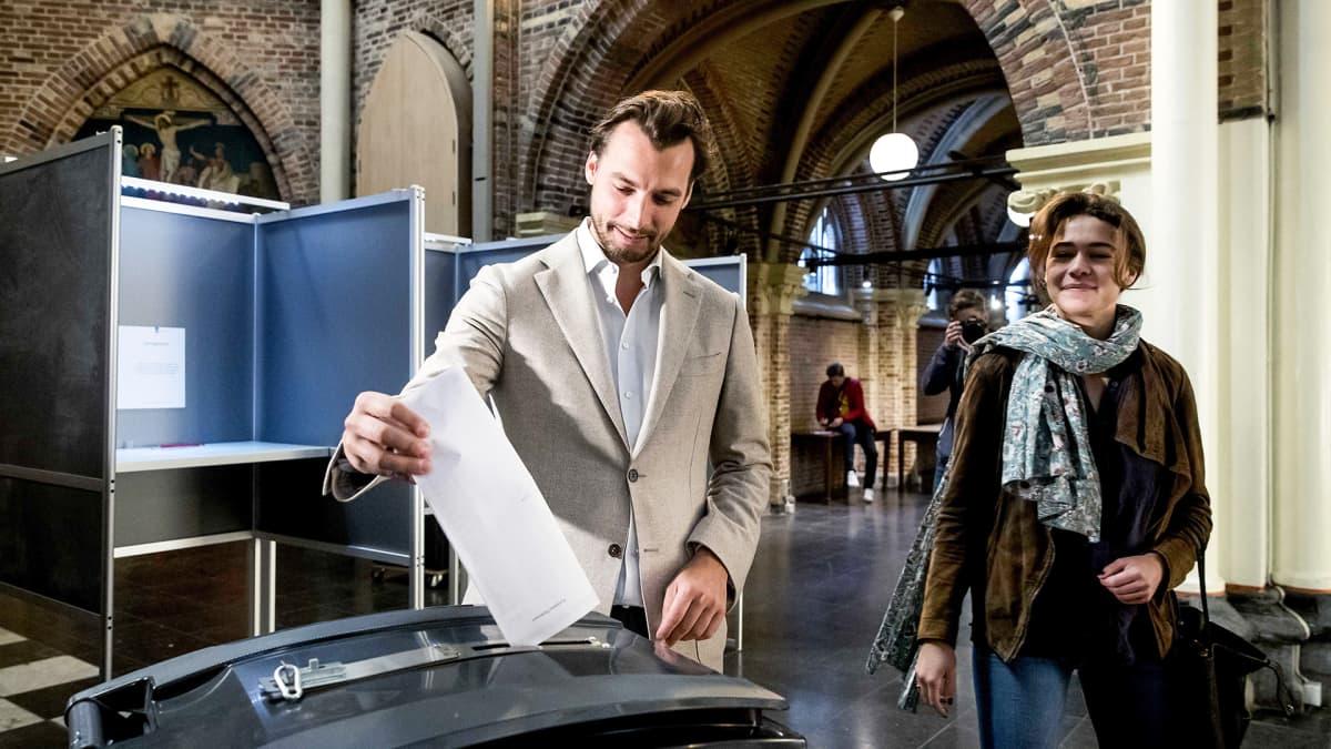 Mies laittamassa äänestyslipuketta vaaliuurnaan Amsterdamissa.