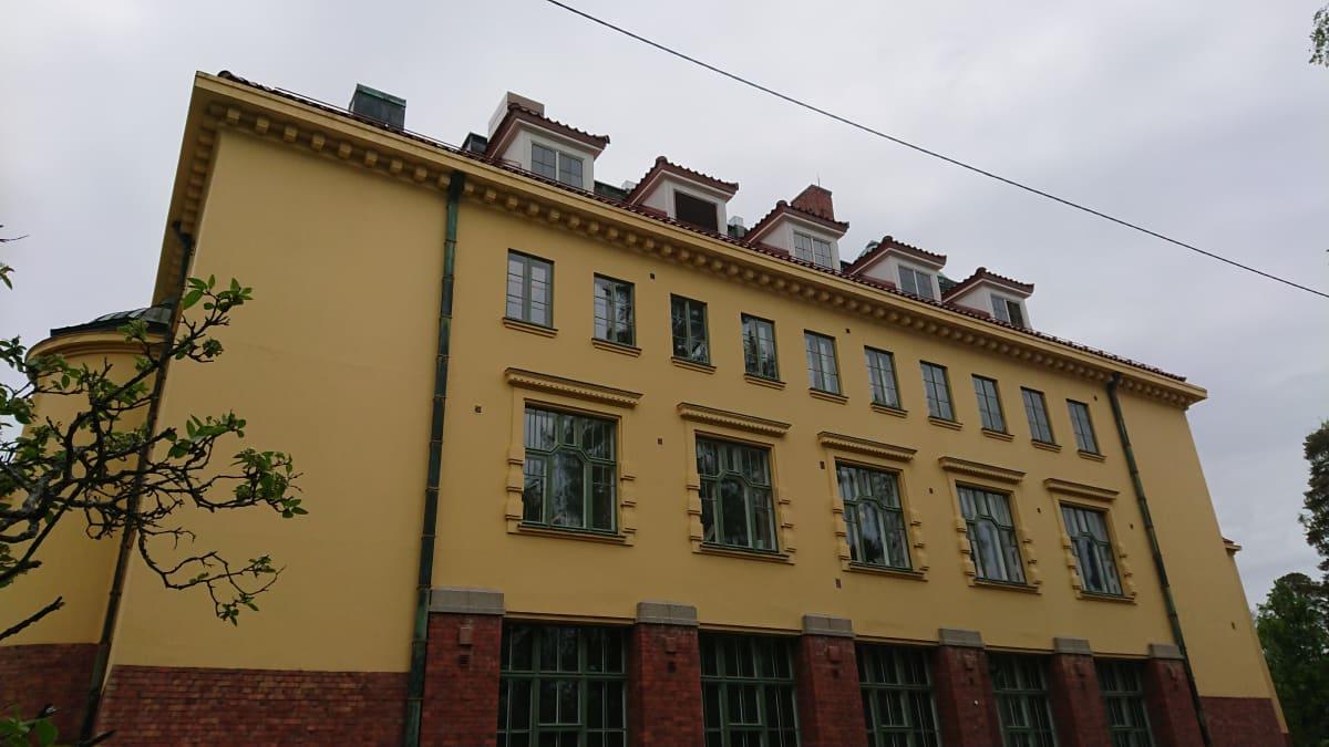 Kymin entinen ammattikoulu Kuusankoskella.