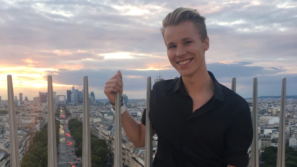 Valtteri Hinkula hymyilee ulkomailla