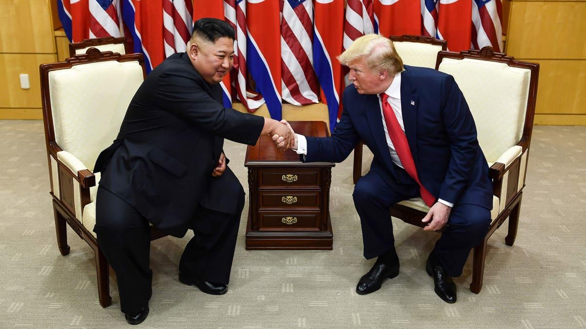 Donald Trump ja Kim Jong-un kättelevät.