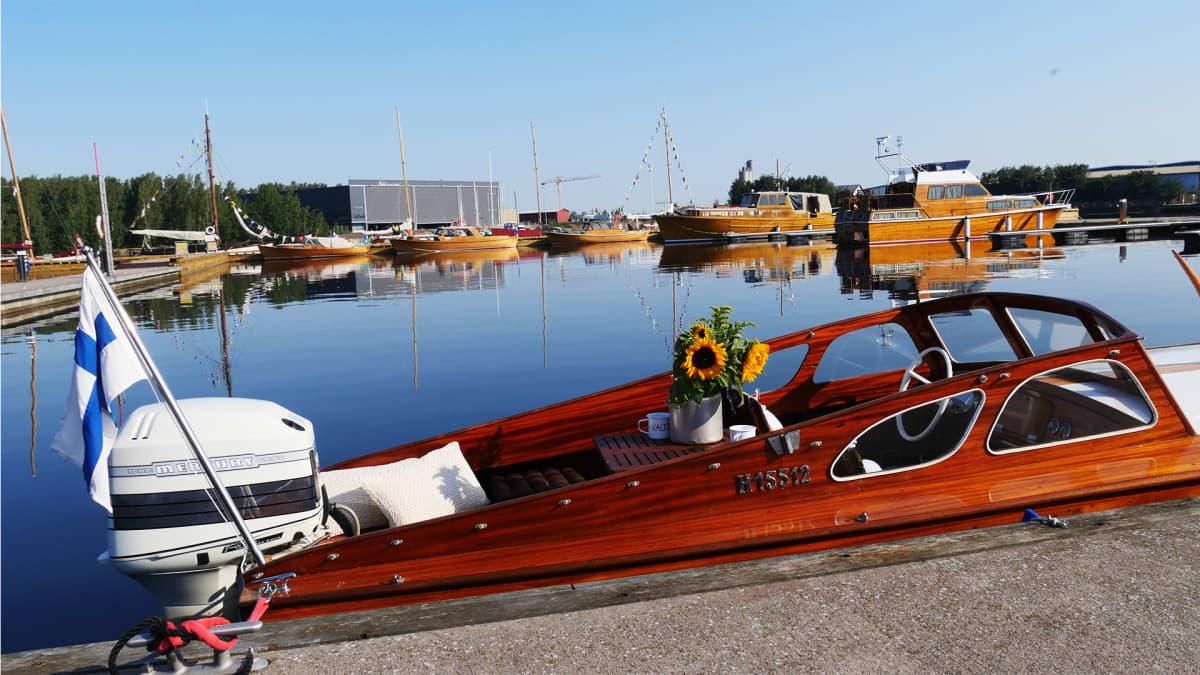 Puuveneet uivassa näyttelyssä. Kuvan etualalla Valtteri niminen vene.