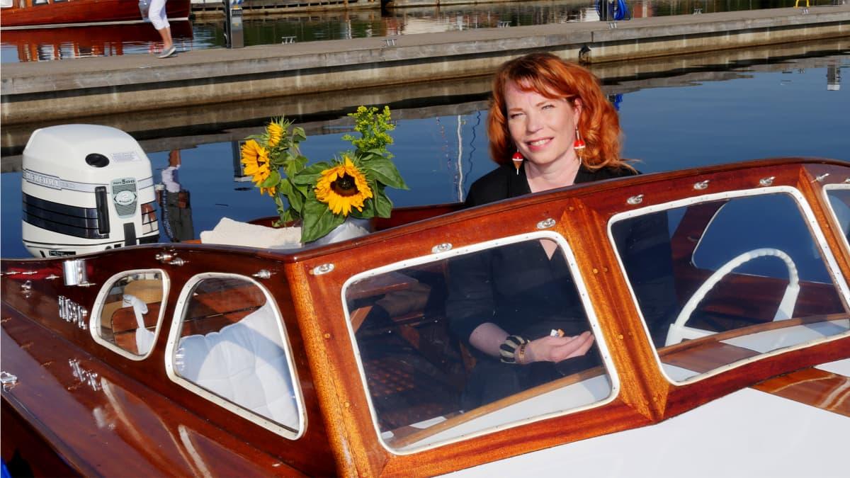 Puuveneet uivassa näyttelyssä 2019. Valtteri veneen ajoaukossa veneen omistaja Maria Saikka.