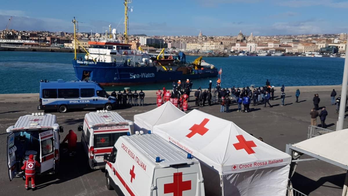 Sea-Watch 3 alus saapumassa Italialaiseen stamaan välimereltä pelastettuja pakolaisiaan mukana tammikuussa 2019.