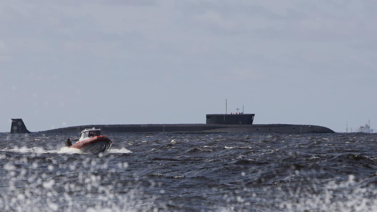 Sukellusvene ja muita aluksia Arkangelin edustalla.
