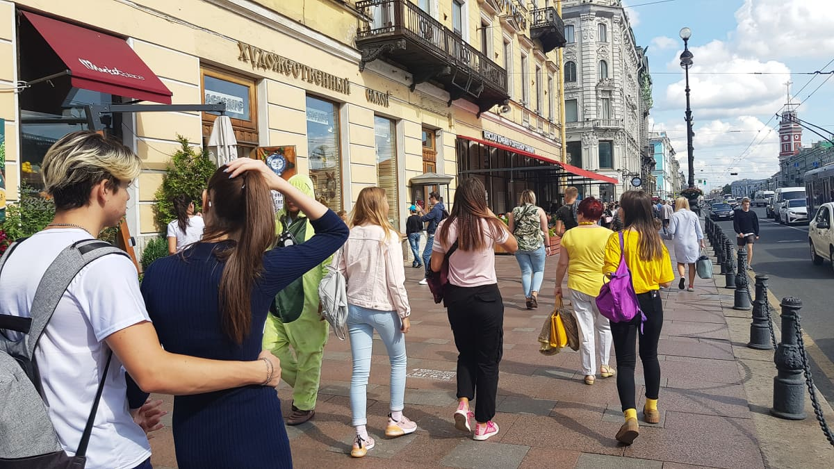 Nevskin valtakatu täyttyy turisteista.