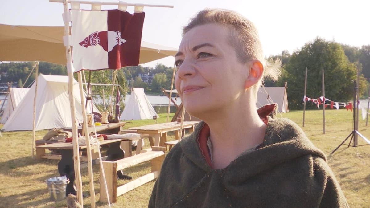 Hämeenlinnan keskiaikayhdistyksen puheenjohtaja Kateleena Kortesuo viikinkileirissä