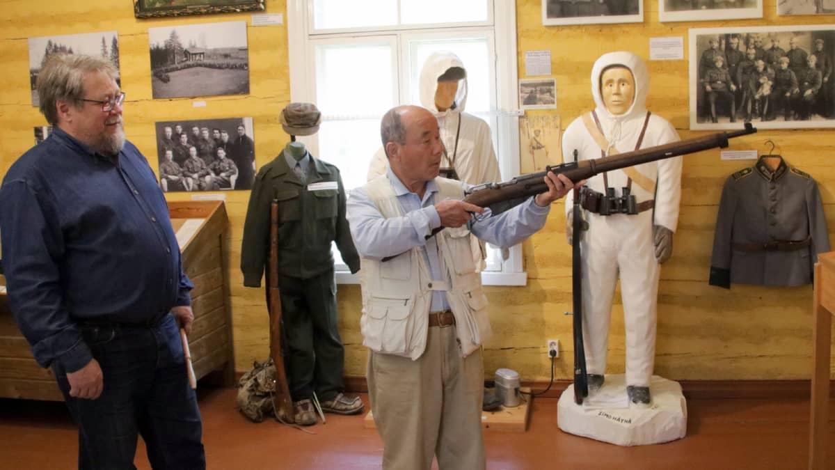 Masatoshi Sasayama pitelee kivääriä