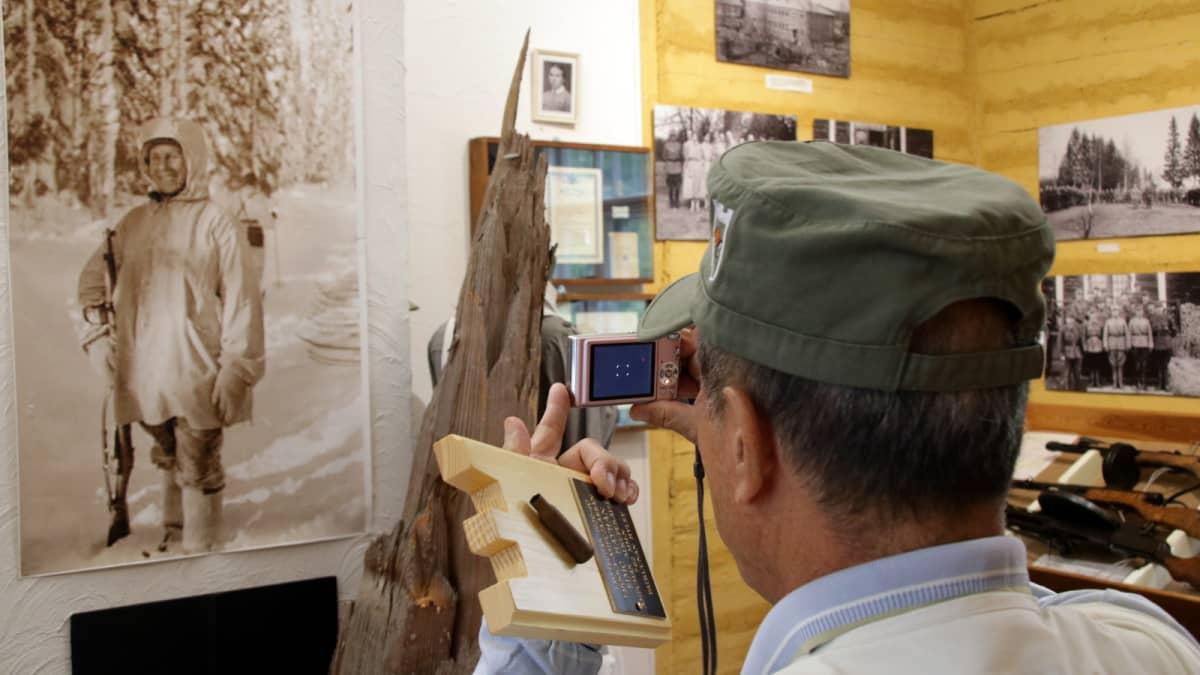 Masatoshi Sasayama kuvaa museossa