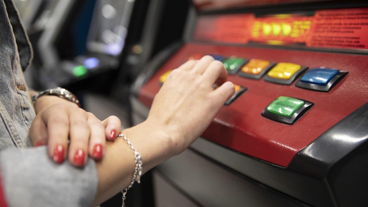 Nainen pelaa rahapelejä.