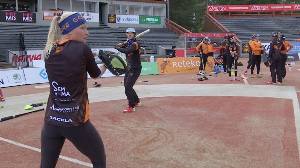 Mari Mantsinen syöttää ja Emma Körkkö lyö Kirittärien harjoituksissa.